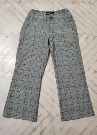 Актуальные брюки в клетку, серые, укороченные. небольшой клёш.