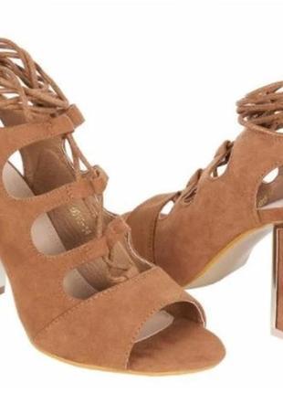 Коричневые замшевые женские босоножки со шнуровкой на каблуке