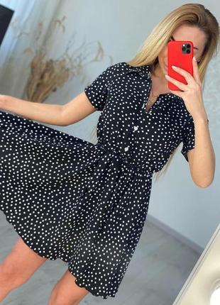 Короткое плате на пуговицах платье чёрное в горошек