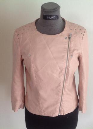 Куртка нежно розового цвета кожаная.