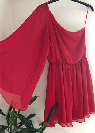Красное платье на одно плече