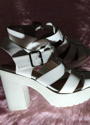 Белые босоножки сандалии на платформе и каблуке new look размер 40 распродажа.цена снижена