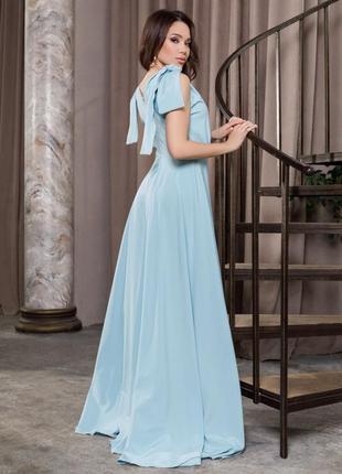 Голубое длинное платье с глубоким декольте