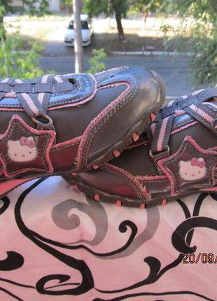 Детские кроссовки хеллоу китти в отличном состоянии. размер 29.