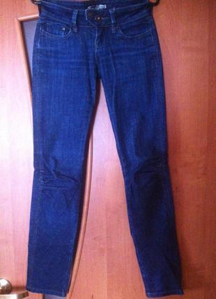 Классные темно-синие зауженные джинсы