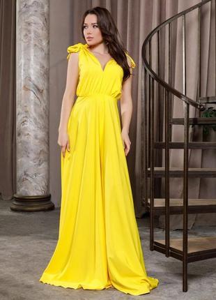 Желтое длинное платье с глубоким декольте