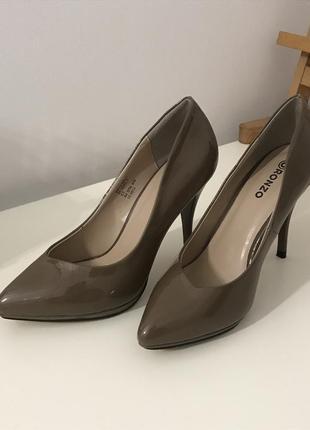 Бежевые женские лаковые туфли 37 размер