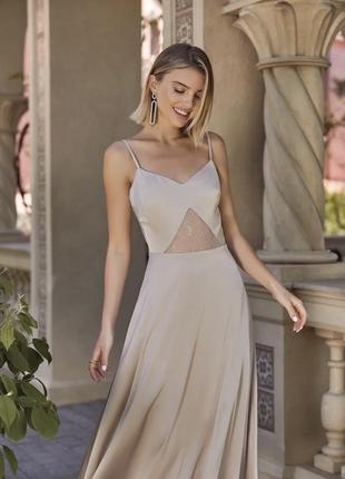 Шелковое бежевое платье с кружевом
