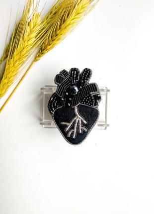 Брошь из бисера и бусин сердце2 фото