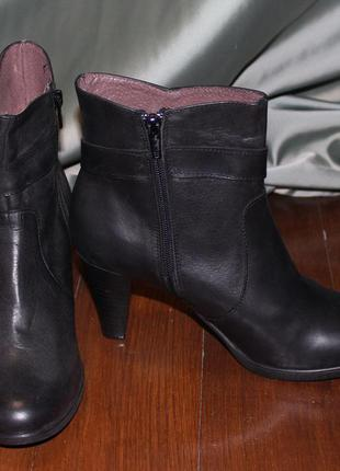 Чорні шкіряні черевички на каблуку. іспанія.