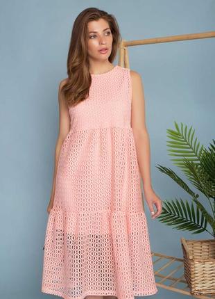 Расклешенное летнее платье длиной миди с завышенной линией талии.