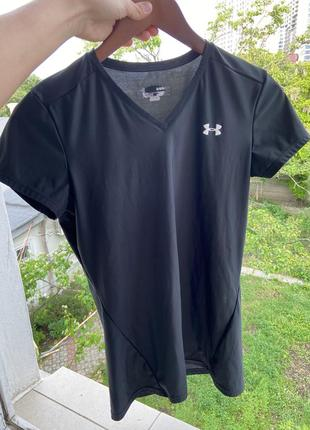 Черная футболка under armour
