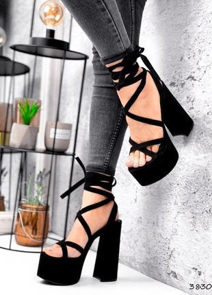 Чёрные босоножки на высоком каблуке с завязками