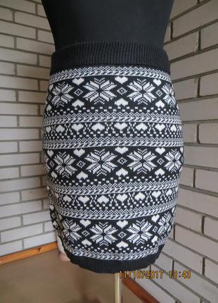 Юбка черная в белый узор.