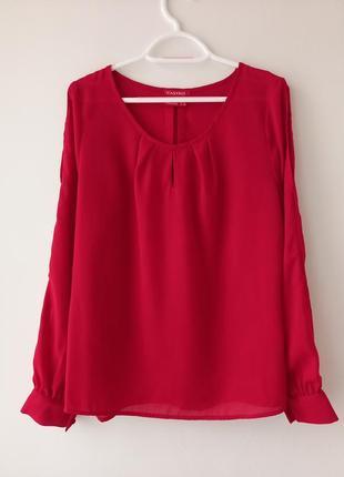 Блуза червоного кольору.