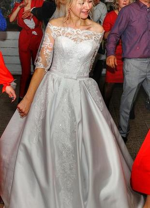 Пышное свадебное атласное платье с атласной юбкой