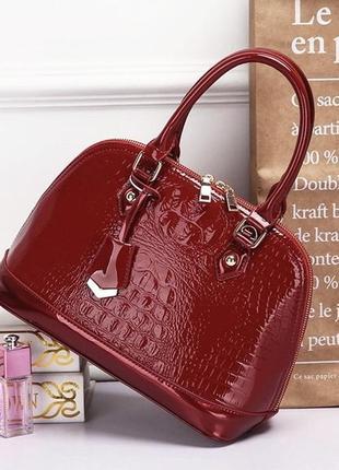 Красная кожаная лаковая сумка