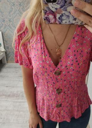 Актуальная красивая легкая блуза с пуговицами