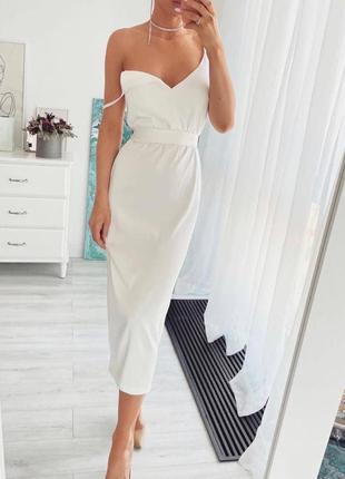 Нежное белое платье миди удлиненное на брителях