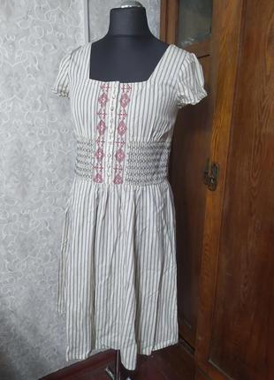 Красивое женственное платье с вышивкой
