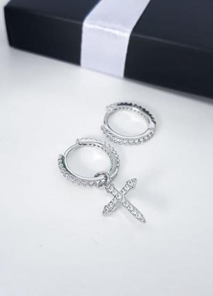 Асимметричные серебряные серьги колечка с крестиком и камнями