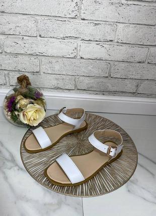 Белые босоножки сандалии