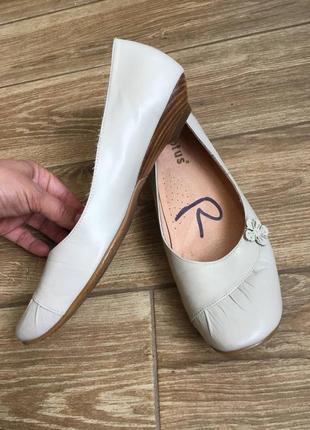 Туфли лодочки кожаные на низком каблуке молочного оттенка