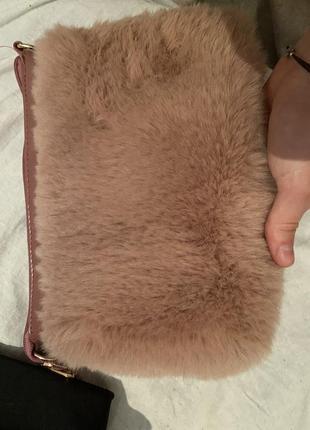 Розовая пушистая сумка клатч