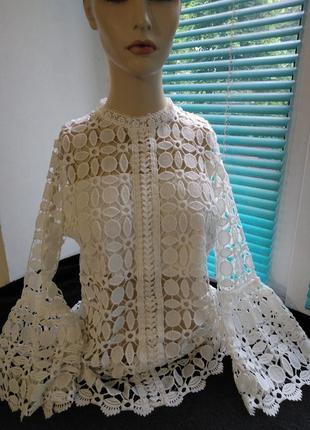 Белая нарядная блуза.