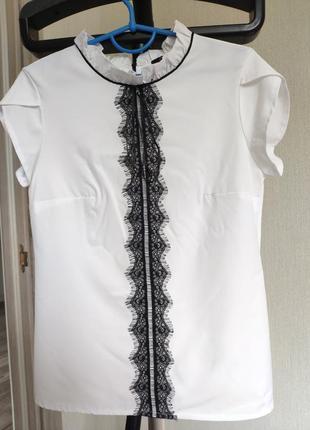 Біла блузка з мереживними вставками