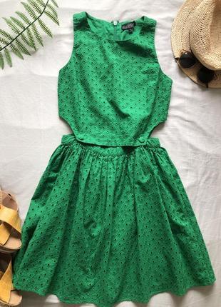 Яркое платье оригинального дизайна