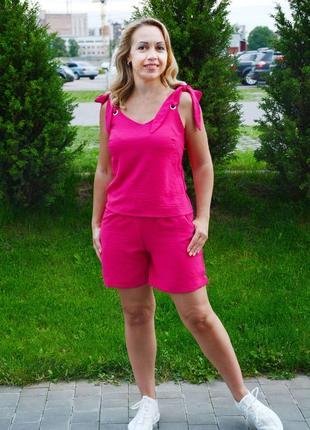 Яркий малиновый костюм на лето