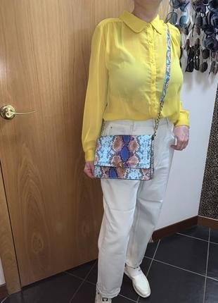 Сумка питон голубая жёлтая рубашка джинсы