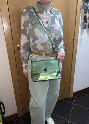Зелёная сумка кожаная клатч металлик рубашка милитари джинсы