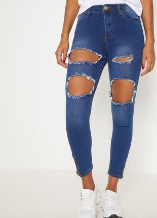 Синие джинсы с дырками на коленях prettylittlething uk-10