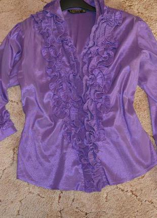 Яркая блуза-рубашка с отделкой оборками