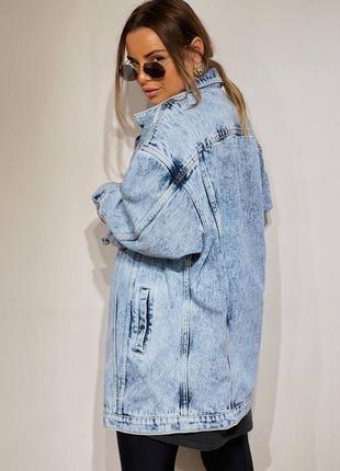 Удлиненная женская джинсовая куртка4 фото