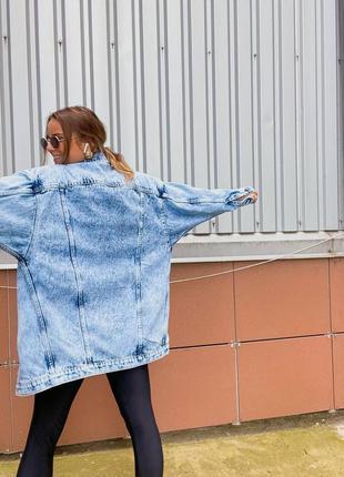Удлиненная женская джинсовая куртка8 фото