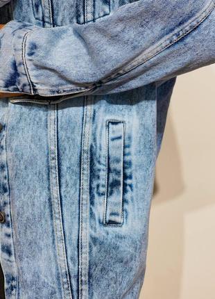 Удлиненная женская джинсовая куртка6 фото