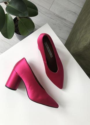 Розовые туфли яркие круглый каблук тренд 2021 лодочки  кожа атласные фуксия v вырез