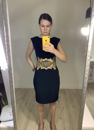 Вечернее чёрное платье с золотой вышивкой.