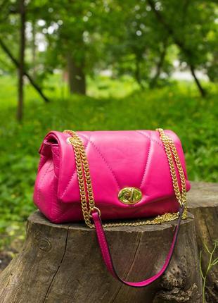 Красивая сумочка в популярном дизайне. вместительная 2 отделения и 2 кармашка на молнии.кожа.