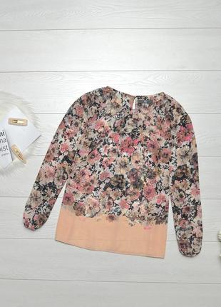 Красива блуза в квіти.