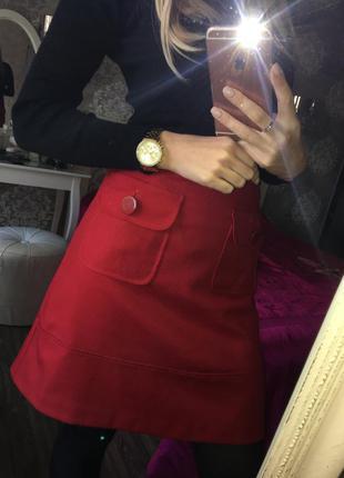 Модная, красная юбка с накладными карманами