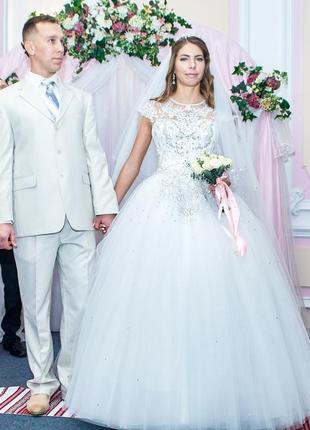 Пышное свадебное платье со стразами и кружевом
