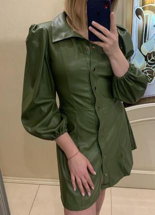 Платье из кожзама эко-кожи зеленого оливкового цвета с длинным рукавом