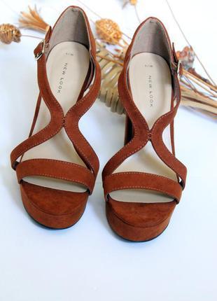 Удобные коричневые босоножки на высоком каблуке с переплетами