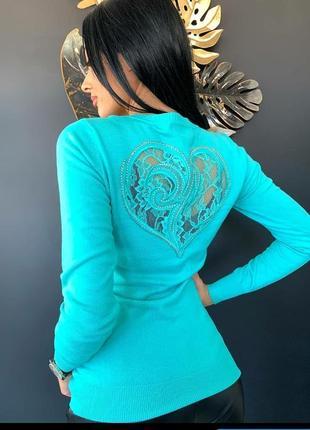 Женский свитерок с интересным акцентом на спинке 😍