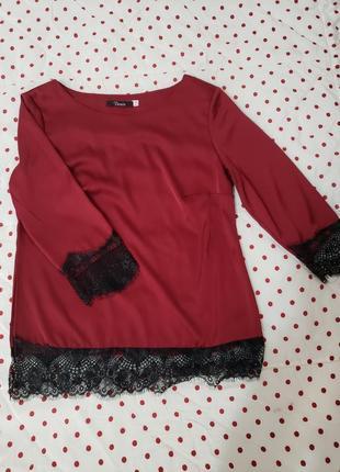 Атласная блузка с кружевом