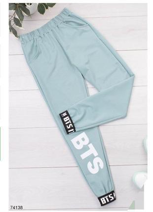 Женские спортивные брюки штаны с надписью надписями бтс bts голубые голубі блакитні джогеры джоггеры спортивні штани жіночі з джогери турция турецкие